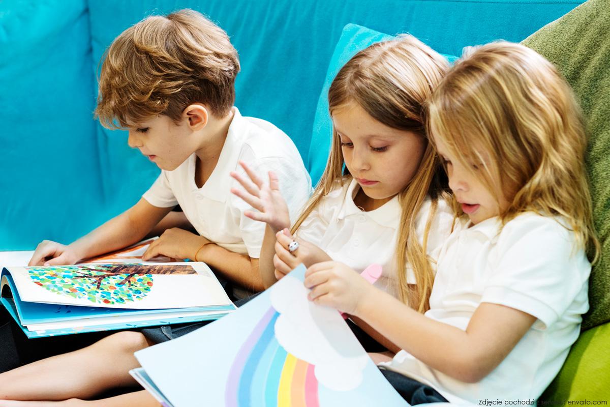 Dzieci przeglądające książki - zdjęcie ilustracyjne