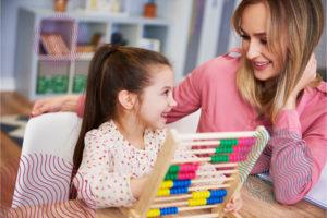Dziewczynka ucząca się matematyki - zdjęcie ilustracyjne.